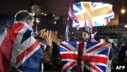 Un seguidor del Brexit posa con la bandera del Reino Unido antes del comienzo de las celebraciones en la Plaza del Parlamento por la salida del país de la Unión Europea.