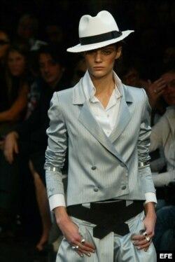 Una modelo presenta un diseño de Karl Lagerfeld. EFE