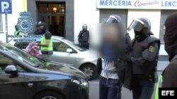Policía Nacional de la operación en la que ha detenido a nueve personas hoy en la capital de España y ha desmantelado una red internacional de captación y envío de yihadista.
