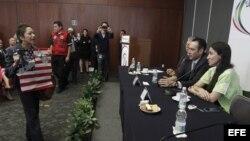 Yoani Sánchez (d) es interrumpida por miembros del Movimiento Mexicano en Solidaridad con Cuba, en el Senado de México.
