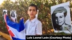 Niño cubano en la vigilia realizada en Miami por el Movimiento Democracia el 19 de abril de 2018.