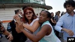 Agentes de civil reprimen a Ileana Hernández el 11 de mayo en 2019 en La Habana, durante una marcha LGTBI. Yamil Lage/AFP.