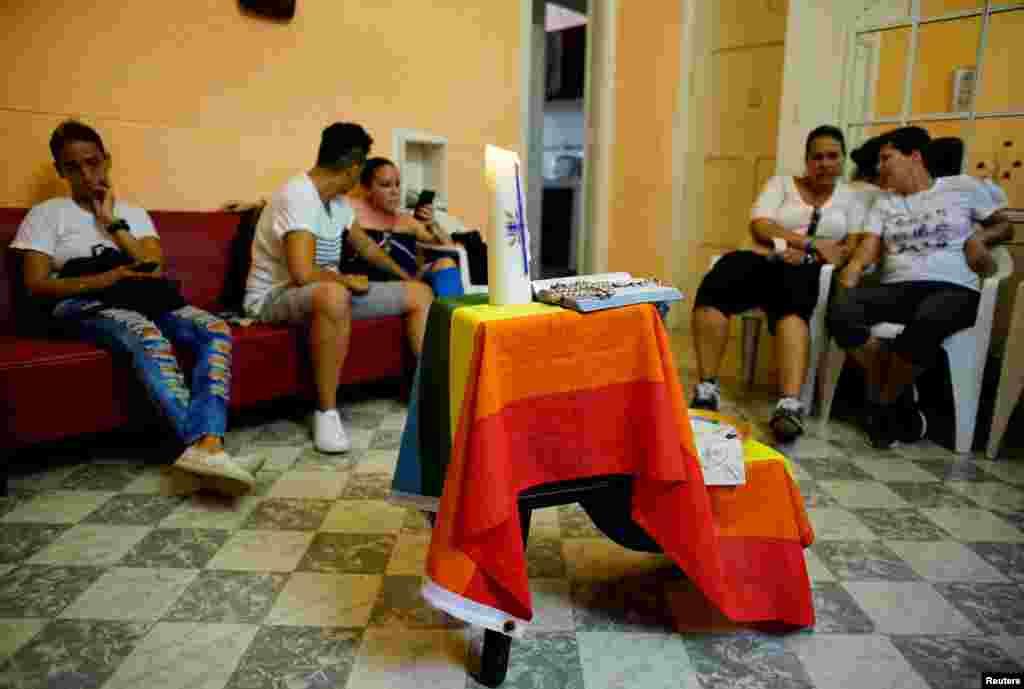 Una bandera gay en un altar improvisado en un servicio religioso en La Habana.