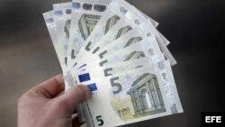 Imagen de los nuevos billetes de cinco euros en Amsterdam, Holanda.