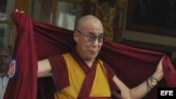 El líder espiritual tibetano, el dalái lama, fotografiado en el templo Tsuglakhang en Dharmsala, India, hoy viernes 6 de julio de 2012.anos en el exilio asistieron hoy a la fiesta de cumpleaños de su líder espiritual que cumplió 77 años en su residencia d