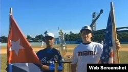 El equipo cubano de béisbol juvenil y uno de Miami establecen lazos amistosos.
