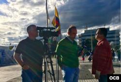 Equipo de Televisión Martí (Tomás N. Regalado (c) y Rudy Hernández (i) en Bogotá.