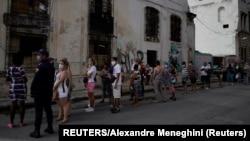 Una cola en La Habana durante la pandemia.