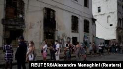 Una cola en La Habana durante la pandemia. (Reuters/Alexandre Meneghini).