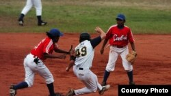 Juego de pelota de béisbol femenino