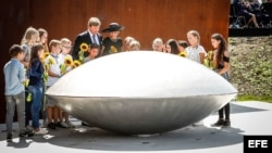 Los reyes de Holanda asisten a la inauguración del monumento en recuerdo de las víctimas del MH17 cerca de Amsterdam