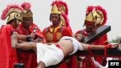 Un penitente católico se crucifica con motivo del Viernes Santo, hoy, 05 de abril de 2012, en la localidad de San Fernando, a unos 70 kilómetros al norte de Manila (Filipinas), con la creencia de que su sacrificio traerá buena salud para los suyos. La jer