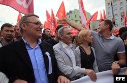 """Mijaíl Kasyánov del opositor Partido por la Libertad del Pueblo (PLP), (i), el opositor ruso y campeón mundial de ajedrez, Gary Kaspárov, (2-i), en una manifestacón por el centro de Moscú, la llamada """"Marcha de Millones""""."""
