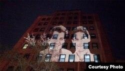 Geandy Pavón con el Proyecto Luz y Libertad proyecta imágenes de Oswaldo Payá y Harold Cepero en edificio de ONU New York