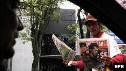 Un vendedor ofrece diarios en Asunción (Paraguay).