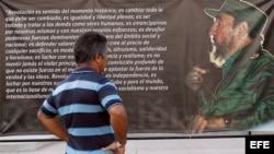 Un hombre observa un afiche con un texto y una imagen del líder de la revolución cubana Fidel Castro hoy, sábado 3 de diciembre de 2016, en un parque en Santiago de Cuba (Cuba).