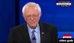 """El gesto del senador Sanders al escuchar que el presentador cita una critica que se refería a Fidel Castro como un """"dictador asesino""""."""