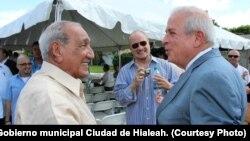 """Alexis """"El Morito"""" Farí (izq.) junto al músico Carlos Oliva (centro) y Tomás Regalado, entonces alcalde de Miami, en la actualidad director de la Oficina de Transmisiones a Cuba."""
