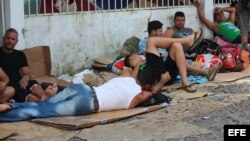La mayoría de los cubanos que se acumulan en la localidad de Paso Canoas están alojados en unos cinco albergues habilitados por las iglesias Católica y Evangélica, otros duermen en la calle. EFE