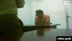 """Instantánea captada del video de """"linchamiento moral"""" de José Daniel Ferrer difundido por la televisión cubana."""