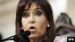 Un artículo en La Nación dice que silenciar a los medios de prensa le abre a la presidenta Cristina Kirchner el camino a la hegemonía.