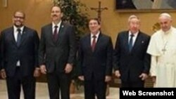 En esta foto (de izq. a der.) Kcho, Alejandro Castro Espín, Bruno Rodríguez, Raúl Castro y el Papa Francisco en el Vaticano.