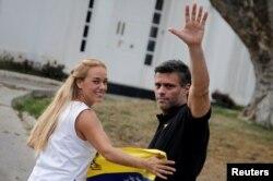 Leopoldo López y su esposa Lilian Tintori en la residencia del embajador español en Caracas.
