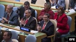 El canciller cubano Bruno Rodríguez aplaudiendo junto a miembros de su delegación ante la ONU.
