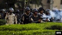 Los militares disparan contra los manifestantes durante una protesta en Venezuela.