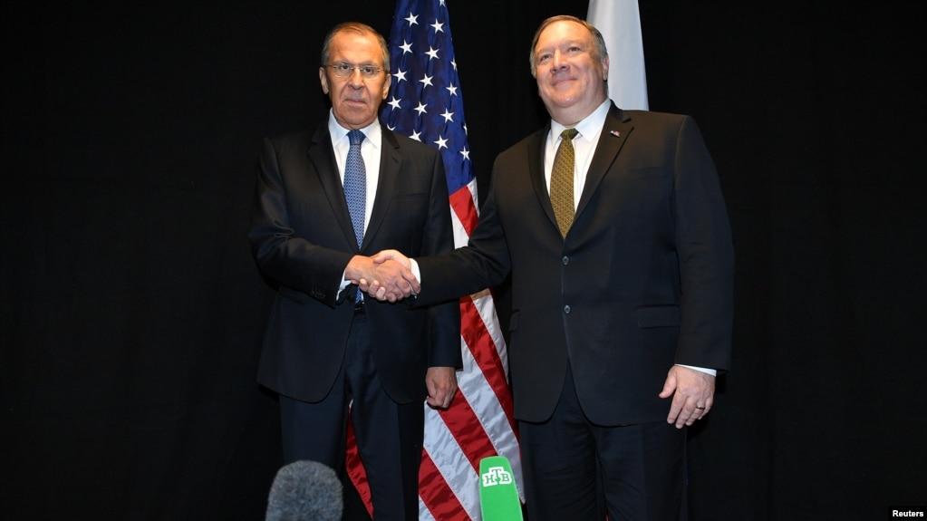 Sergei Lavrov (izq.) y Mike Pompeo (der.).