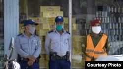Policías realizan vigilancia en las calles de La Habana. (Adalberto Roque / AFP).