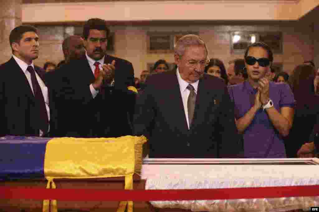 Fotografía cedida por la presidencia de Venezuela muestra al gobernante de Cuba, Raúl Castro (2d), asistiendo hoy, jueves 7 de marzo de 2013, a las honras fúnebres del líder venezolano, Hugo Chávez, en la Academia Militar de Caracas.