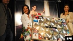"""La cantante cubana Gloria Estefan sostiene el reconocimiento de Sony Music por 100 millones de discos vendidos durante la presentación de su nuevo trabajo discográfico """"The Standards"""" en Miami (Florida, EE.UU.)."""