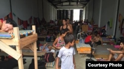 Así sobreviven los cubanos en un almacén de Turbo