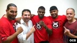 El boxeador Idel Torriente (centro) y su equipo, antes de su debut profesional en Miami