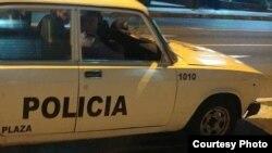 Foto tomada por el periodista independiente Serafín Morán a agentes policiales que lo mantienen vigilado.