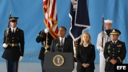 Barack Obama (i), habla junto a la secretaria de Estado Hillary Clinton (c), en la ceremonia de recepción de los restos mortales del embajador Chris Stevens, y de los otros tres estadounidenses asesinados en Bengasi Libia. DC (EEUU).