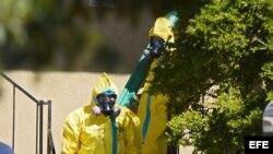 Autoridades sanitarias revisan el apartamento de Thomas Duncan, primera víctima del ébola en EEUU.
