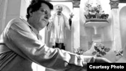 Oswaldo Payá presentando el Proyecto Varela ante la Virgen de la Caridad del Cobre