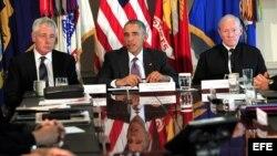 El mandatario estadounidense, Barack Obama (c), el presidente del Estado Mayor Conjunto, general Martin Dempsey (d), y el secretario de Defensa, Chuck Hagel (i), se reúnen con líderes militares en el Pentágono, en Arlington, Virginia (EE.UU.)