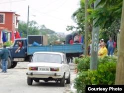 Un camión flanquea el paso de los transeúntes en Lawton, donde se encuentra la sede de las Damas de Blanco. Foto cortesía Ángel Moya.
