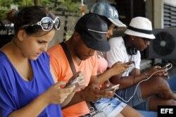 Un grupo de jóvenes navegan por internet en un punto Wifi en La Habana.