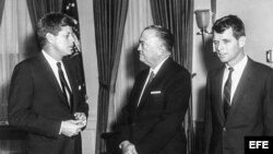 John F Kennedy con el entonces director del FBI, J. Edgar Hoover (C) y el Fiscal General Robert F. Kennedy. (Archivo)