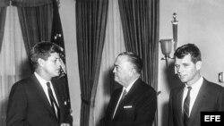 John F Kennedy con el entonces director del FBI, J. Edgar Hoover (C).