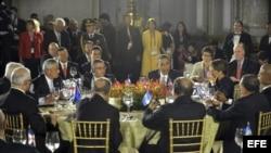 El presidente estadounidense, Barack Obama (c-atrás), habla durante una cena de trabajo con sus pares de los países miembros del Sistema de la Integración Centroamericana (SICA).