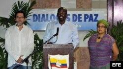 """Félix Antonio Muñoz, alias """"Pastor Alape""""; Pablo Atrato y Victoria Sandino, guerrilleros de las FARC (i-d)."""