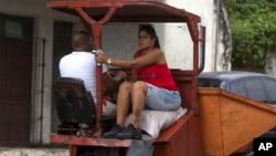 La crisis del transporte obliga a los cubanos a transportarse en cualquier tipo de vehículos. AP Photo/Ismael Francisco)