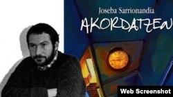 Joseba Sarrionandia, junto a la portada de uno de sus libros.