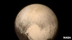 La topografía de Plutón revela vastas montañas y llanuras congeladas sin cráteres.