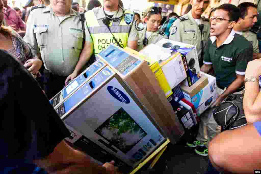 Varias personas compran electrodomésticos hoy, martes 12 de noviembre del 2013, en Caracas (Venezuela). El presidente venezolano, Nicolás Maduro, continúa su particular ofensiva contra los precios y hoy anunció la ampliación de la intervención de los come